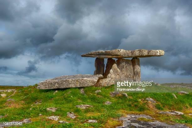 poulnabrone dolmen - steinzeit stock-fotos und bilder
