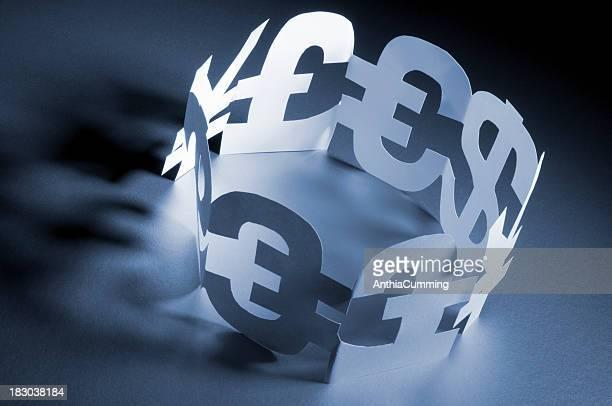 Sterlina, dollaro, Euro, Yen simboli in un cerchio