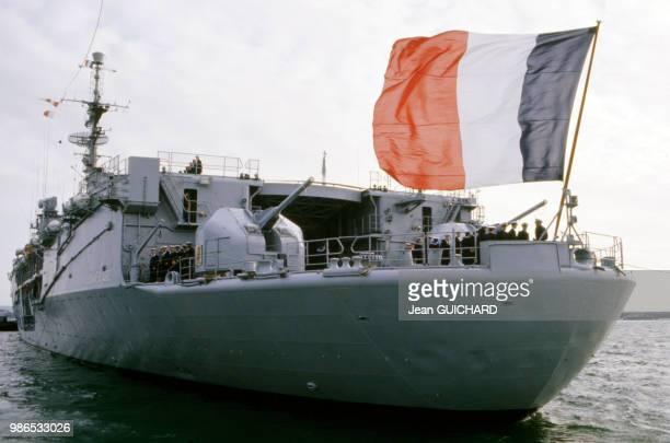 Poupe du portehélicoptères 'La Jeanne d'Arc' quittant Brest en décembre 1986 France