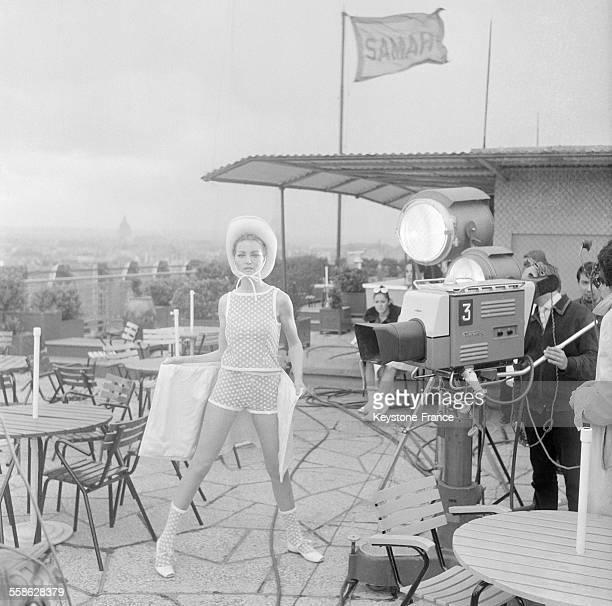 Pour la premiere emission en mondiovision telespectateurs americains et europeens ont pu voir une presentation de modeles parisiens de maillots de...