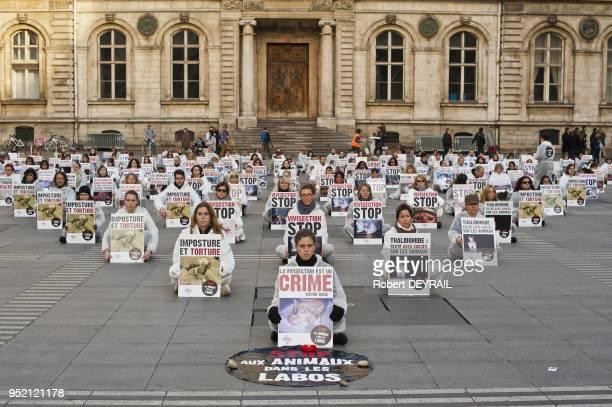 Pour la premiere fois en France 153 opposants a la vivisection se sont rassembles durant trois heures devant l'Hotel de ville de Lyon le 9 Novembre...