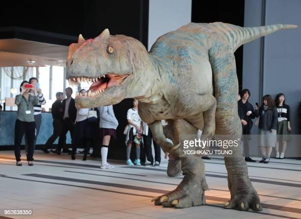 Pour la promotion du spectacle 'Dino Safari' un dinosaure de la famille des Allosaurus a été installé dans un hall d'entrée d'immeuble de bureaux le...