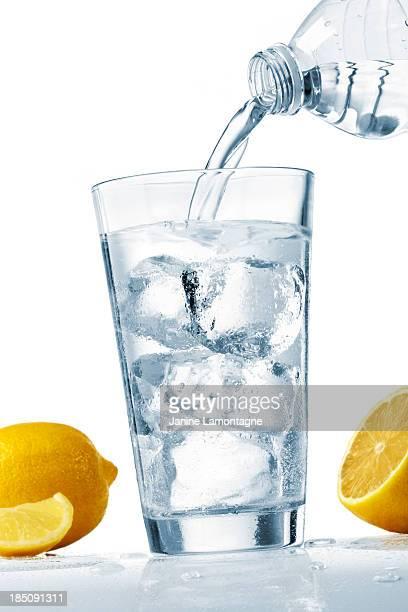 Gießen Sie ein Glas Wasser