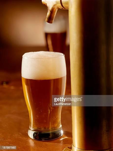 Ein Bier einschenken