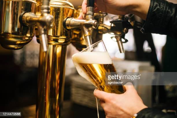 ビールを注ぐ - ビールサーバー ストックフォトと画像