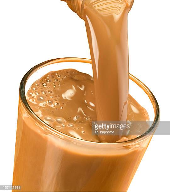 Eingießen chocolate milk (clipping path