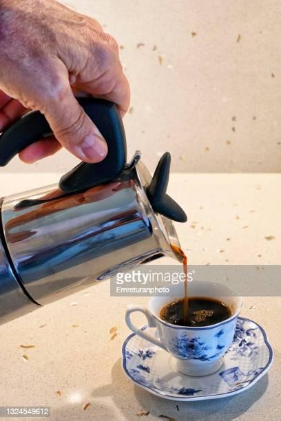 pouring from a stove top coffee maker. - emreturanphoto fotografías e imágenes de stock