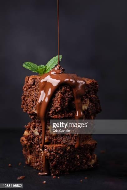 pouring melted chocolate on brownie - cris cantón photography fotografías e imágenes de stock