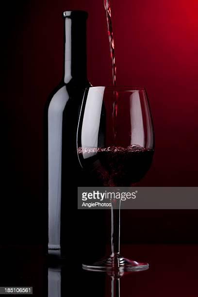 Verter el vino tinto