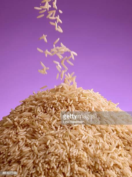 pouring uncooked brown rice - arroz integral - fotografias e filmes do acervo