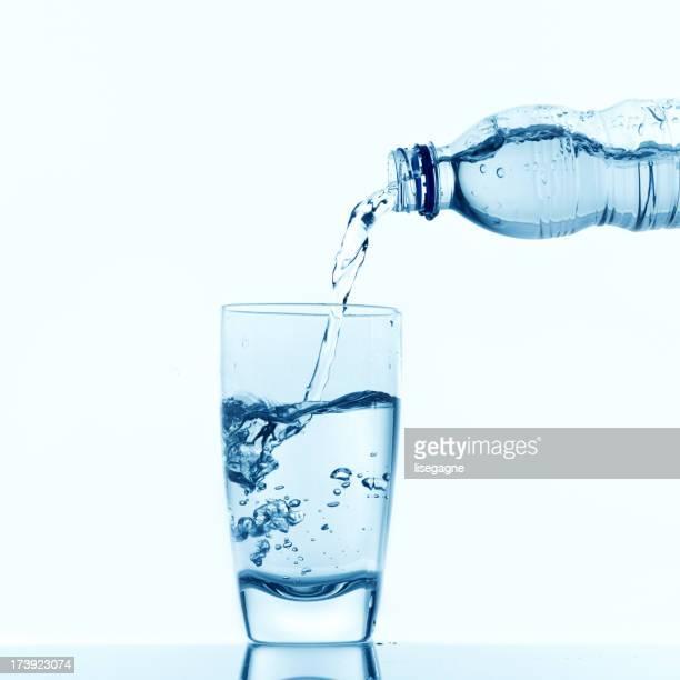 Gießen Wasser in eine Glas