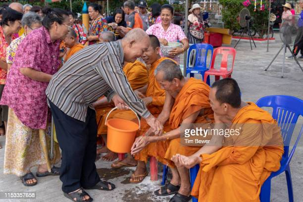 pouring water on monks for songkran festival. - tim bewer fotografías e imágenes de stock