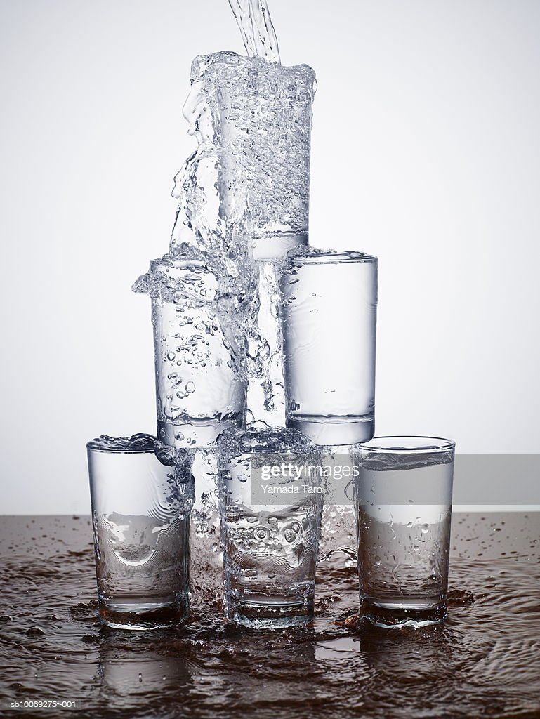 Pouring water over glass pyramid, close-up : Stockfoto