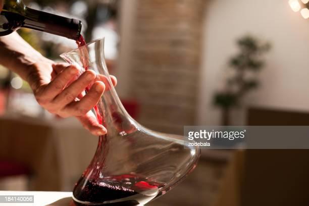 注ぐワインのボトル