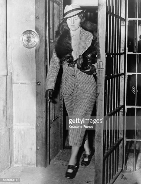 L'épouse de Bruno Hauptmann le kidnappeur et meurtrier du fils de Charles Lindberg sortant de la prison suite au report de l'execution du condamné à...