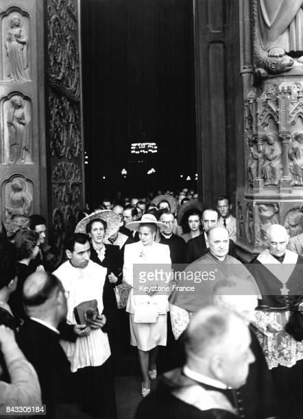L'épouse du Président argentin Eva Peron franchit le portail central de la cathédrale Notre Dame en compagnie de Mme et M Rocca ambassadeur...