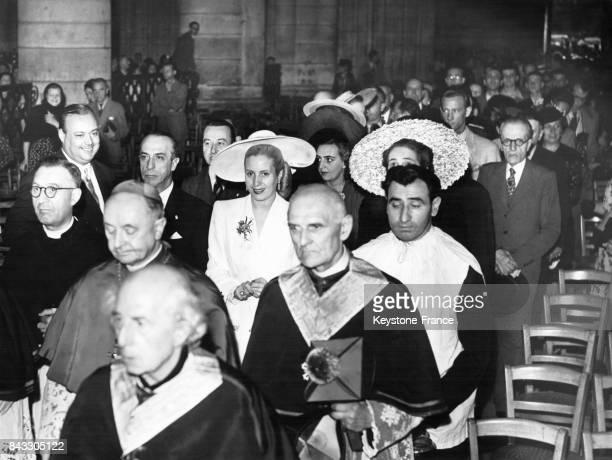 L'épouse du Président argentin Eva Peron sort après l'office de la cathédrale Notre Dame en compagnie de M Rocca ambassadeur d'Argentine et précédée...