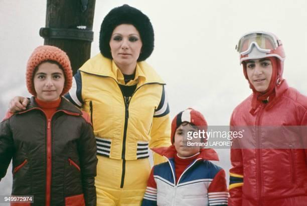 L'épouse du shah d'Iran Farah Diba et ses enfants Farahnaz Pahlavi Leila Pahlavi et AliReza Pahlavi aux sports d'hiver en janvier 1975 à SaintMoritz...