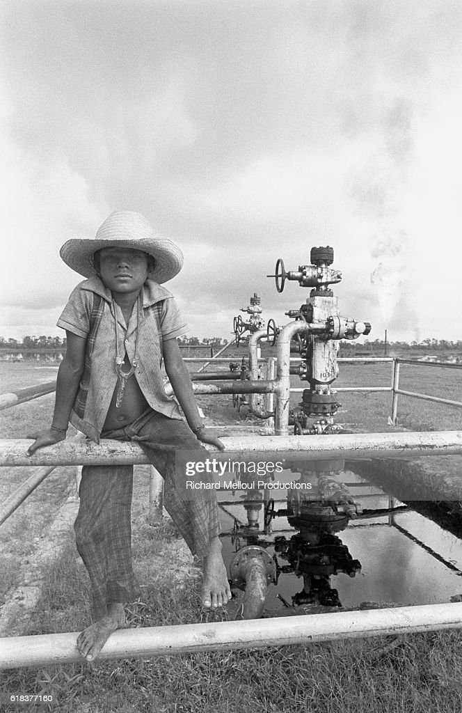 Young Mexican Boy Near Oil Well : Photo d'actualité