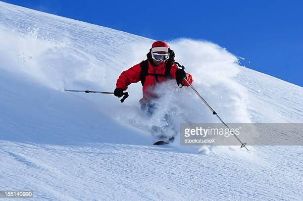 パウダーのスキーエリアを行く美しいふわふわライン