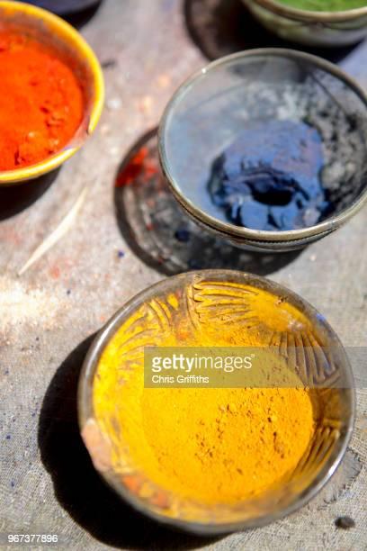 powdered paints and pigments, marrakesh, morocco - tintura - fotografias e filmes do acervo