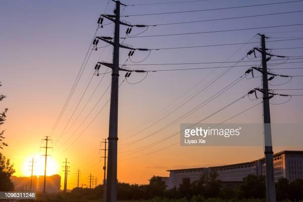 power lines in the city - con eficaz consumo de energía fotografías e imágenes de stock