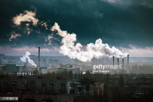 power plant in winter - luchtvervuiling stockfoto's en -beelden