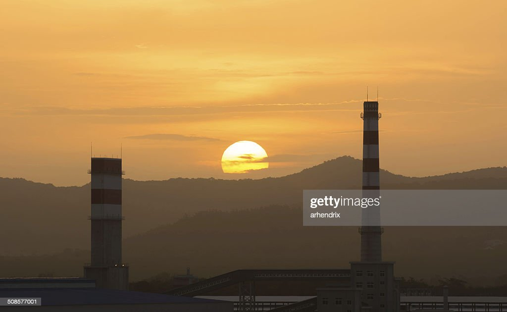 Power plant with setting sun : Stockfoto