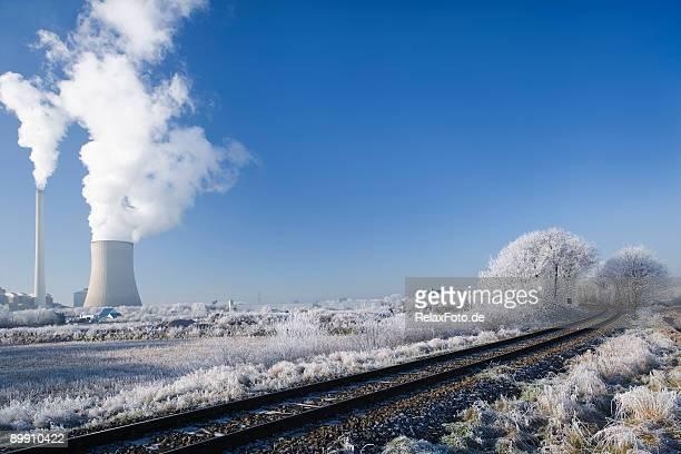 Kraftwerk und die Bahngleise in ländlichen Winterlandschaft (XXL