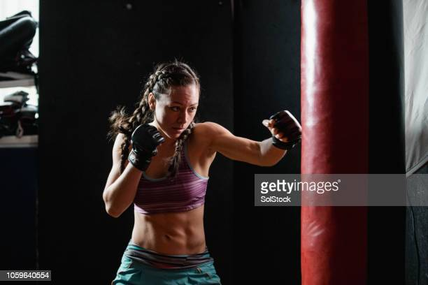 powerful female boxer - muay thai imagens e fotografias de stock