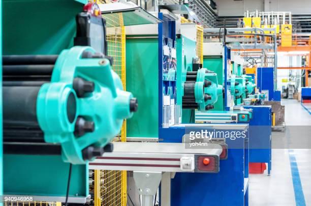 工場で強力な成形機械 - ポリマー ストックフォトと画像