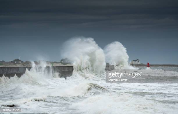 powerful storm against the coast and the harbor in the south of brittany - meteo estremo foto e immagini stock