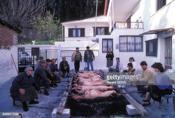 Péparation des méchouis pour la fête de Pâques à Livadia, en mai 1987, Grèce.