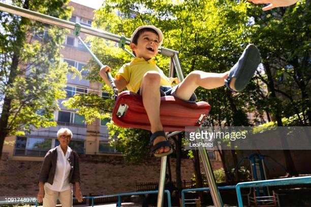 ppy kinder im freien spielen im park - kinderspielplatz stock-fotos und bilder
