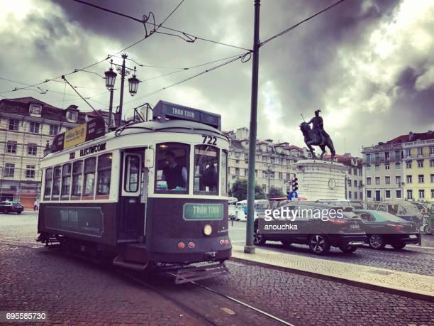 プラッサ ダ フィゲイラ トラムと車、リスボン、ポルトガル - フォゲイラ広場 ストックフォトと画像