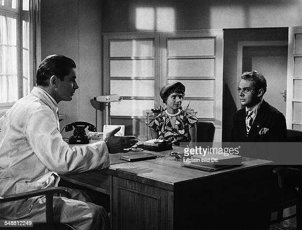 Prack Rudolf * Schauspieler Oesterreich mit Harald Juhnke in dem Film Roman eines Frauenarztes 1954 Regie Falk Harnack