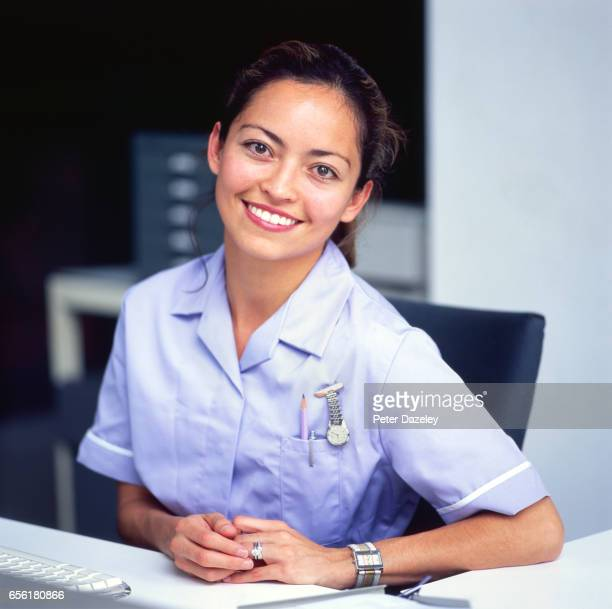 practice nurse receptionist - medical receptionist uniforms - fotografias e filmes do acervo
