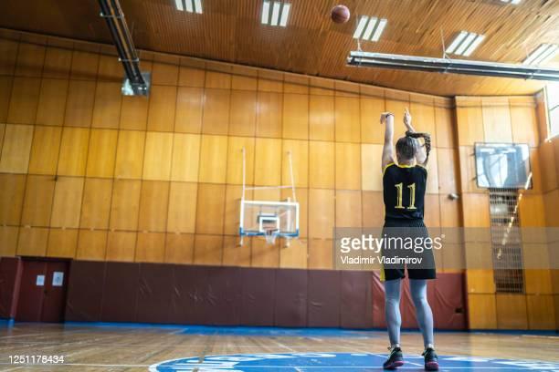 フリースローの練習 - バスケットボールのシュート ストックフォトと画像