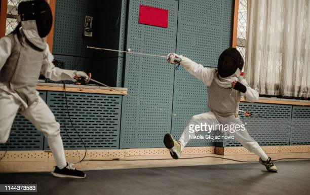 praticando em esgrima uniforme - esgrima esporte de combate - fotografias e filmes do acervo