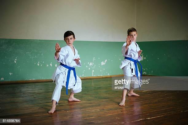 pratiquant le karaté - taekwondo photos et images de collection