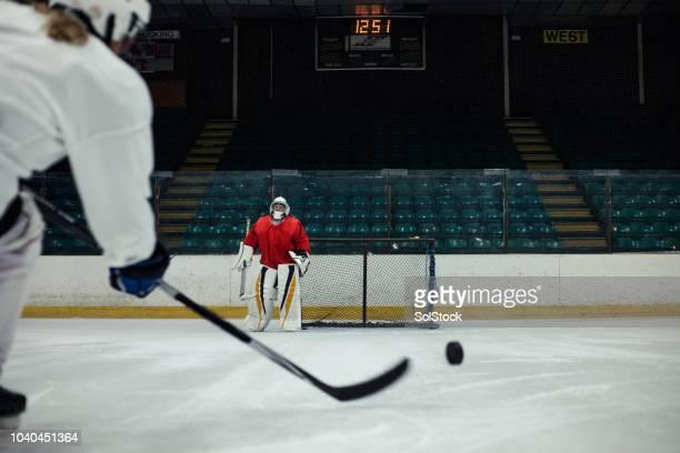 ペナルティ ショットを練習 - アイスホッケー選手 ストックフォトと画像