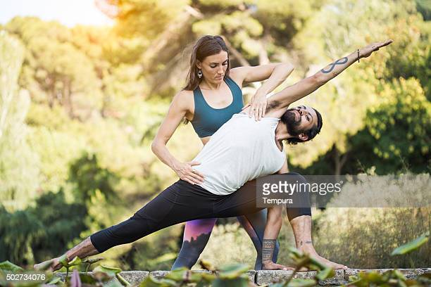 Practicar yoga y acroyoga al aire libre, en Barcelona