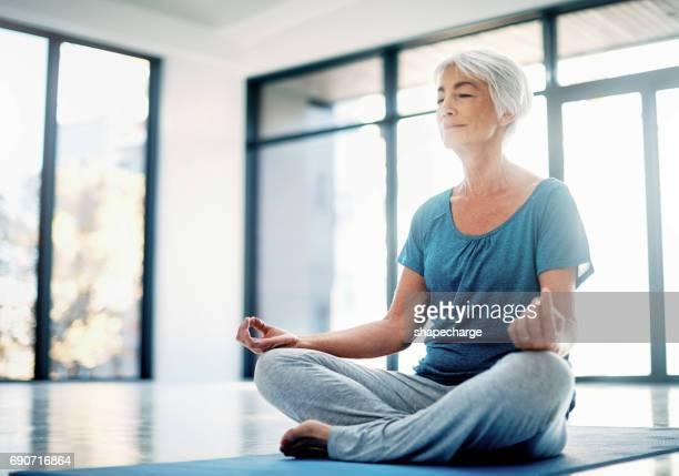 pratiquer la pleine conscience à travers l'yoga et la méditation - senior dynamique photos et images de collection