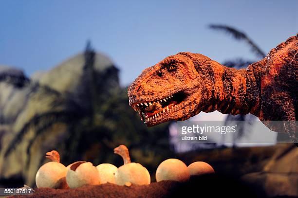 Praehistorium Gondwana II IndoorErlebnis Museum in Landsweiler/Reden Die DinoShow des Gondwana II Dinosaurier an einem Gelege mit Eiern aus denen...