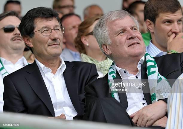 Praesident Helmut Hack sitzt hinter Ministerpraesident Horst Seehofer auf der Tribuene waehrend dem Fussball Bundesliga Spiel SpVgg Greuther Fuerth...