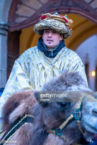 プラハのクリスマスマーケット。3人の賢者の一人として身を包んだ男。