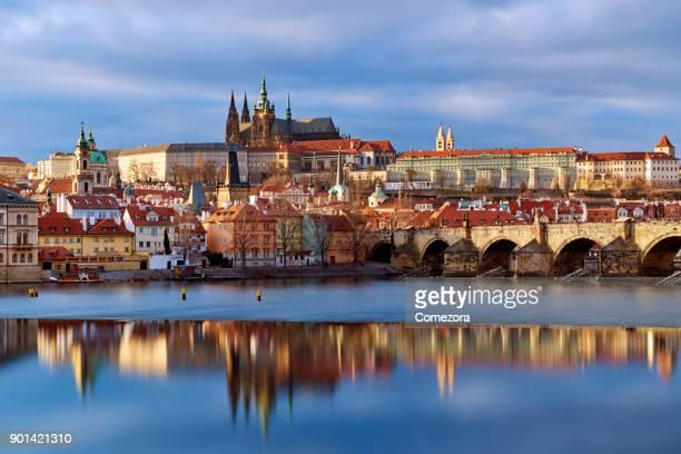 prague cityscape at sunset, czech republic - notre dame de tyn photos et images de collection