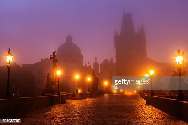 プラハ,チェコ共和国、チャールズ橋での朝の霧の照明 - ガス燈 ストックフォトと画像