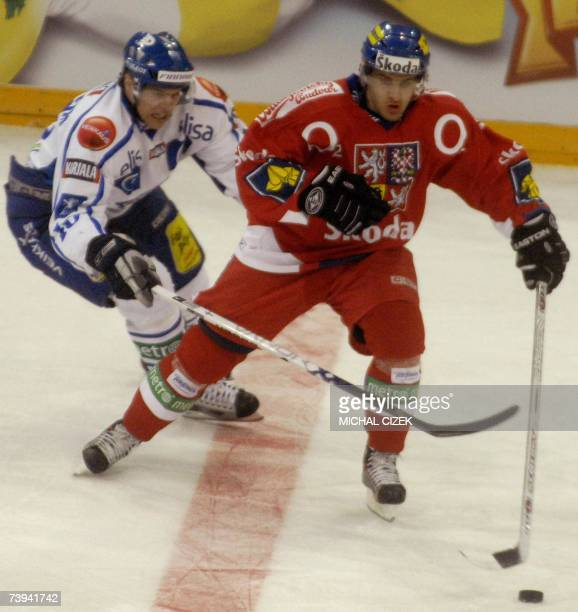 Czech Jan Marek vies for a puck with Finnish Sean Bergenheim during their Euro Cup Ice Hockey Tour match at the Sazka Arena 21 April 2007 in Prague...