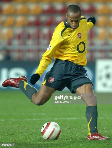 Prague, CZECH REPUBLIC: Frenchman Thierry Henry of FC Arsenal London scores his second goal to 2-0 during the UEFA Champions league match between...